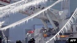 Nhân viên cứu hỏa xem xét thiệt hại sau vụ nổ ở thành phố Allentown. Trưởng cơ quan cứu hỏa cho biết 8 ngôi nhà dường như đã bị phá hủy hoàn toàn và 16 ngôi nhà khác bị hư hại