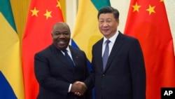 Le président du Gabon Ali Bongo Ondimba (à g.), avec son homologue de Chine Xi Jinping, à Pékin, en Chine, le 1er septembre 2018. (Nicolas Asfouri/Pool Photo via AP)