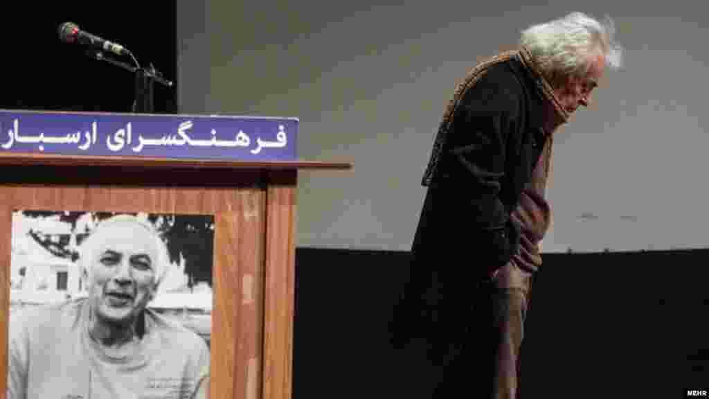 مراسم بزرگداشت هوشنگ کاظمی پیشکسوت گرافیک ایران با حضور استادان هنر نقاشی وگرافیک این هفته در فرهنگسرای ارسباران برگزارشد. عکس: اصغر خمسه، مهر