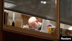 在调查人员进入剑桥分析伦敦办公室之际,人们可以看到楼内有人。(2018年3月23日)