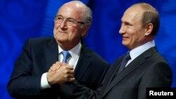 Cựu Chủ tịch FIFA Sepp Blatter và Tổng thống Nga Vladimir Putin trong một sự kiện năm 2015.