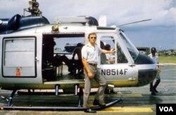 Đồng đội của ông Jim Parker, phi công George Taylor, bên chiếc Air America, loại máy bay mà nhóm ông Parker dùng để di tản 122 người Việt ngày 28/4/1975