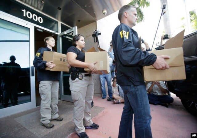 Federal agents carry out boxes of evidence taken from the headquarters of the Confederation of North, Central America and Caribbean Association Football (CONCACAF,) May 27, 2015, in Miami Beach, Fla.