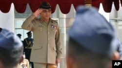 Pakistani Army Chief General Ashfaq Parvez Kayani salutes a Sri Lankan Air Force honor guard in Colombo, January 20, 2011.