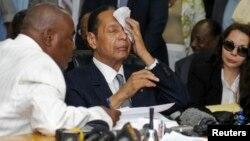 """El exdictador Jean Claude """"Baby Doc"""" Duvalier se seca el sudor en una corte de Puerto Príncipe en 2013. Duvalier murió el sábado de un ataque al corazón."""