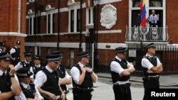 Polisi Inggris berjaga-jaga di luar Kedutaan Besar Ekuador di London, sementara pendiri WikiLeaks Julian Assange berbicara dari balkon kedutaan (19/8).