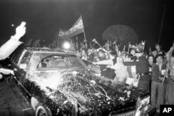 历史照片:因美台断交而愤怒的台湾示威者冲击从华盛顿抵达台北的美国代表团成员乘坐的黑色轿车。(1978年12月28日)
