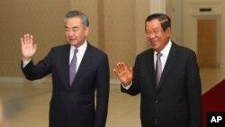 왕이 중국 외교담당 국무위원 겸 외교부장과 훈센 캄보디아 총리가 12일 캄보디아 수도 프놈펜에서 회담했다.