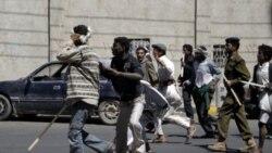 استفاده پلیس یمن از باتون برای درهم شکستن راه پیمایی صدها تن از مخالفان صالح در صنعا