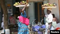 Tchadiennes au marché à N'Djamena le 6 novembre 2007.