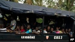 Wafuasi wa upinzani ndani ya gari la Polisi huko Abidjan, Ivory Coast, Nov. 3, 2020, wakati wa maandamano ya kupinga matokeo ya uchaguzi.