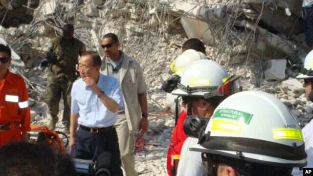Secretary Ban Ki-moon surveys damage to UN headquarters in Haiti, 17 Jan 2010