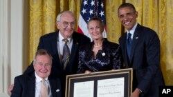 美国总总统奥巴马和前总统布什7月15日在白宫为第5千个亮点奖章获得者颁奖