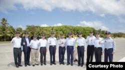 台湾总统马英九在太平机场跑道上合影(台湾总统府)