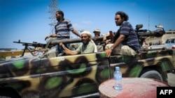 Binh sĩ của phe nổi dậy Libya tại làng Mayah, khoảng 30 km phía tây thủ đô Tripoli, ngày 21/8/2011