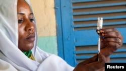 Une femme prépare un vaccin contre la méningite au Darfour, le 8 octobre 2012.