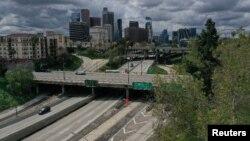 Những xa lộ vắng tanh ở trung tâm thành phố Los Angeles sau khi thống đốc bang California ban hành lệnh ở nhà đối với tất cả dân cư.