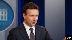 """El portavoz de la Casa Blanca, Josh Earnest expresó que pese a la serie de críticas, el presidente Obama cree que James Comey es un hombre """"íntegro"""" y de """"principios""""."""