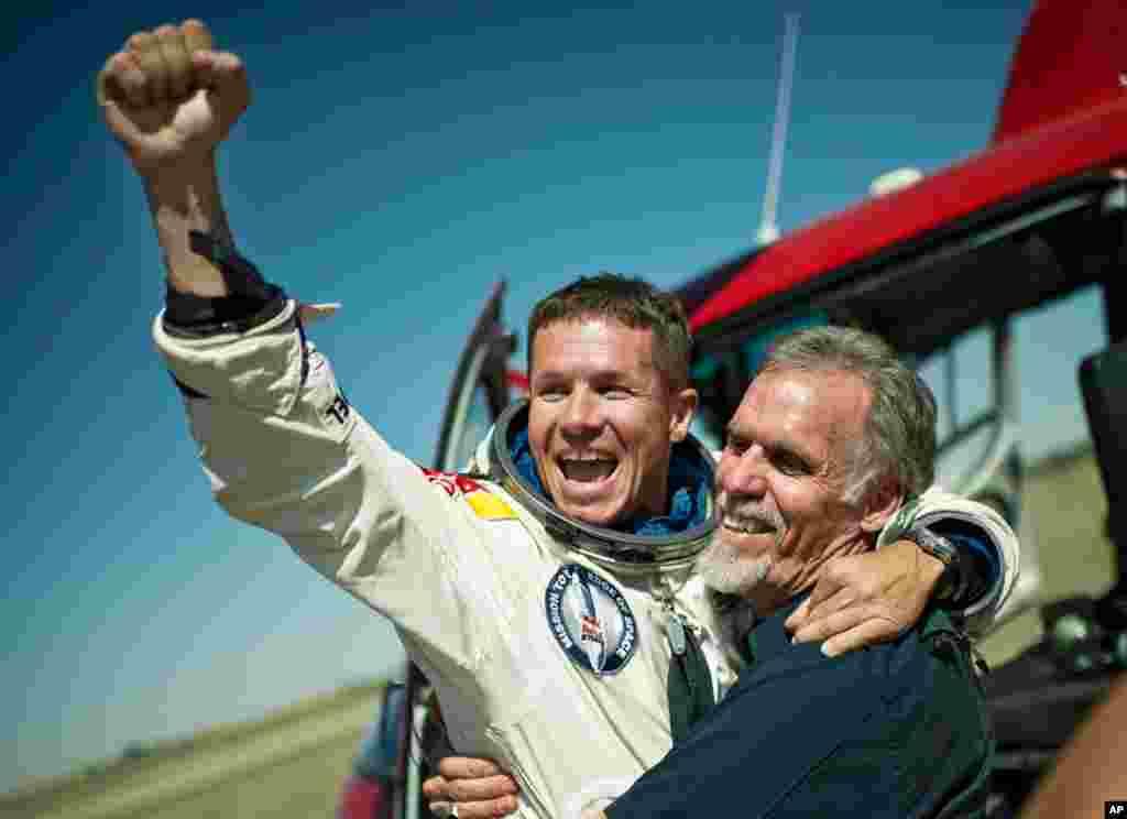 Baumgartner et le directeur technique du projet, Art Thompson, laissent éclater leur joie après le saut historique