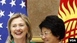 Menlu AS Hillary Clinton berjabat tangan dengan Perdana Menteri Kirgistan Roza Otunabyeva pada pertemuan hari Kamis di Bishkek.