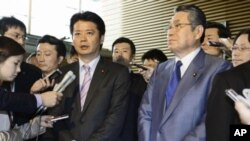 Japan's Foreign Minister Koichiro Gemba (L), flanked by Defense Minister Naoki Tanaka, is surrounded by reporters after a cabinet ministers meeting at Prime Minister Yoshihiko Noda's official residence in Tokyo, April 27, 2012.