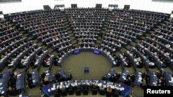 Les membres du Parlement européen passent au vote une résolution sur le Brexit et les conditions de retrait du Royaume-Uni de l'UE, à Strasbourg, France, le 5 avril 2017.