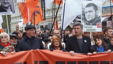 涅姆佐夫(前排穿西装)参加2013年秋季莫斯科市中心的一次反政府示威,呼吁释放政治犯 (美国之音白桦拍摄)