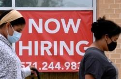 Papan pengumuman lowongan kerja sebuah toko ritel di Arlington, Virginia, 16 Agustus 2021.