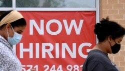 Фото: серпень 2021, жінки проходять повз оголошення про роботу у штаті Вірджинія