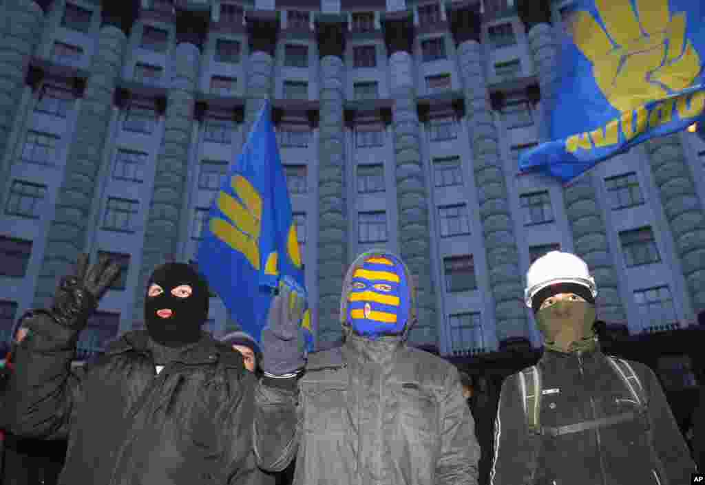 Protesters stand in front of Cabinet of Ministers' building in Kyiv, Dec. 2, 2013.
