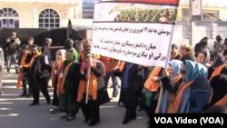 Perempuan Afghanistan turun ke jalan dalam sebuah demonstrasi memprotes kekerasan terhadap perempuan di Kabul Afghanistan (13/2).