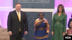 بانوی اول و وزیر خارجه آمریکا با یکی از برندگان جایزه زنان شجاع ۲۰۱۹
