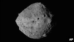 Gambar tak bertanggal yang disediakan oleh NASA ini menunjukkan Asteroid Bennu dari pesawat ruang angkasa OSIRIS-REx. (Foto: AP)