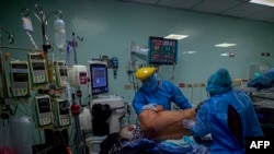 Enfermeras atienden a un paciente de COVID-19 en la unidad de cuidados intensivos del hospital Dr. Arnulfo Arias de Ciudad de Panamá. Julio 04 de 2020.