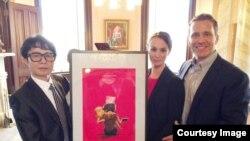 지난 3일 탈북 화가 송벽 씨(왼쪽)가 에릭 그라이튼스 미주리 주지사 부부에서 자신의 그림' 설움'을 선물했다.