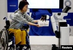 15일 일본 도쿄에서 도요타가 제작한 인간지원 로봇이 공개됐다.