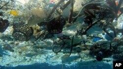 Sampah yang mengapung di Laut Hanauma, Hawaii.
