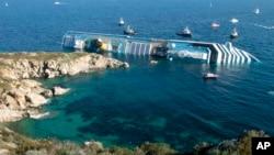 4 bin 200'ü aşkın yolcu taşıyan Costa Concordia, 12 Ocak 2012'de Giglio adası açıklarında karaya vurmuş, daha sonra da devrilmişti. Kazada 32 kişi hayatını kaybetti. Yana yatan geminin enkazı hala kaldırılamadı.
