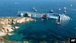 """在意大利吉廖岛外触礁倾覆的豪华邮轮""""协和号"""""""