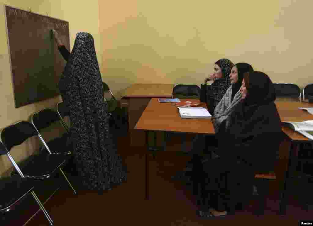 ہرات کی اس جیل میں قید خواتین کے لیے انگریزی بھی سکھائی جاتی ہے۔