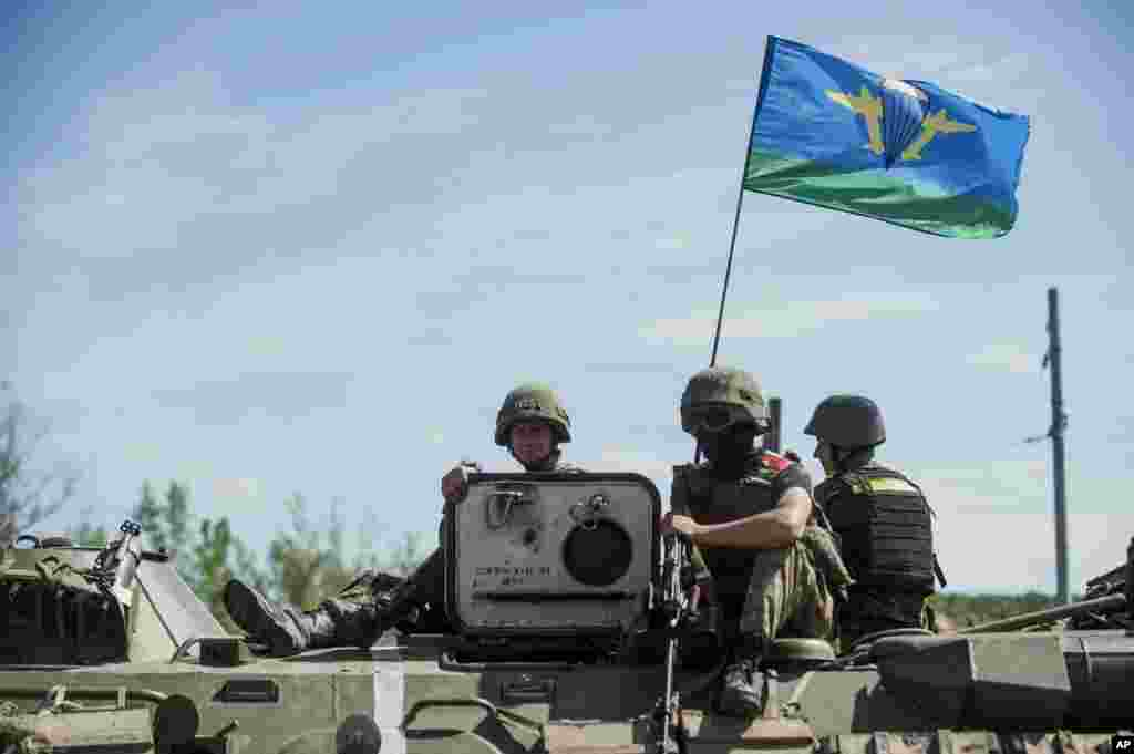 Ukrainian paratroopers sit on top an APC in Slovyansk, eastern Ukraine, July 10, 2014.
