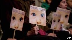 """Protest """"Vratite decu"""" ispred sudnice u Buenos Ajresu."""