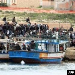 Imigranti iz Tunisa na italijanskom ostrvu Lampeduza