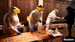 Arhiva, ilustracija - Medicinski radnici uzimaju uzorke za testiranje na prisustvo koronavirusa, u Trencianskim Stankovcema, Slovačka 7, 2020.