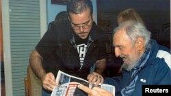 Cựu lãnh tụ Cuba Fidel Castro nói chuyện với Chủ tịch Liên đoàn Sinh viên Trường Đại học Cuba tại tư gia ở Havana.