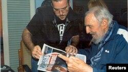 Фидель Кастро (справа)