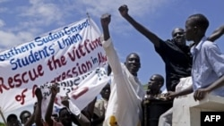 Hàng trăm người ở miền nam Sudan xuống đường biểu tình chống các cuộc tấn công của quân đội miền bắc Sudan vào các thị trấn biên giới của Abyei tại thủ đô của Juba ở miền nam Sudan, ngày 23/5/2011