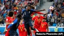 Samuel Umtiti marque le but lors de la demi-finale entre la France et la Belgique lors de la Coupe du monde à Saint-Pétersbourg, Russie, le 10 juillet , 2018.