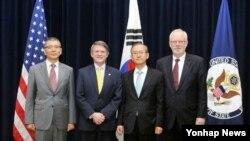 미국과 한국이 20일 워싱턴 국무부 청사에서 외교·국방(2+2) 고위급 확장억제전략협의체 첫 회의를 열어 북한의 핵·미사일 위협에 대한 한반도 방어와 관련해 미국 전략자산의 정례배치 공약을 재확인했다. 사진은 회의에 참석한 류제승 한국 국방부 국방정책실장(왼쪽부터), 토머스 컨트리맨 미 국무부 군비통제·국제안보차관 대행, 임성남 한국 외교부 1차관, 데이비드 시어 미 국방부 정책수석부차관.