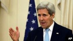 Menlu AS John Kerry berbicara di Athena, hari Jumat (4/12).
